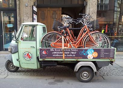 בכל העיר תוכלו לשכור זוג. אופניים מועמסים בדרכם לתחנה (צילום: זיו ריינשטיין) (צילום: זיו ריינשטיין)