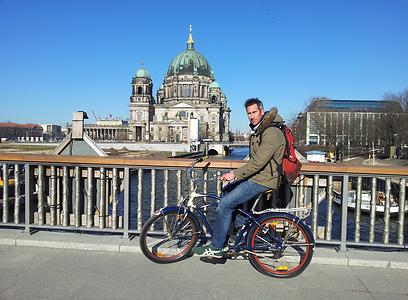 רכבו גם מעל מגוון הגשרים בעיר. הברלינר דום מעל נהר השפרה (צילום: דני שדה) (צילום: זיו ריינשטיין) (צילום: זיו ריינשטיין)