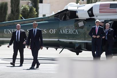 אובמה וג'ון קרי נוחתים ברמאללה (צילום: EPA) (צילום: EPA)