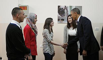 """אובמה נפגש עם צעירים פלסטינים באל-בירה. """"לא שונים בהרבה מבנותיי"""" (צילום: רויטרס) (צילום: רויטרס)"""