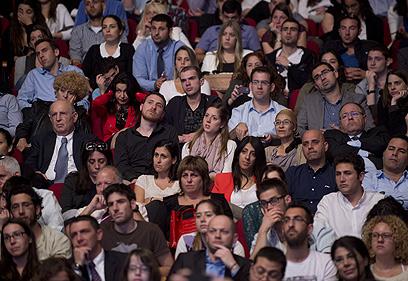 מאזינים בקשב לדברים (צילום: AFP) (צילום: AFP)