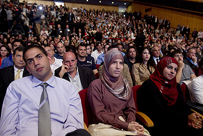 סטודנטים מאזינים לנאומו של אובמה בבנייני האומה בירושלים (צילום: AFP) (צילום: AFP)