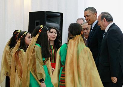 """אובמה עם צעירות שקיבלו את פניו. """"כל הורה ישראלי היה רוצה בהצלחתם"""" (צילום: רויטרס) (צילום: רויטרס)"""