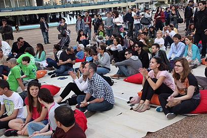 צפייה משותפת בנאום אובמה בכיכר רבין (צילום: מוטי קמחי) (צילום: מוטי קמחי)