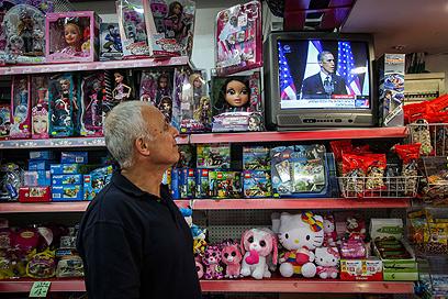נאום אובמה, גם בטלוויזיה בחנות צעצועים בחיפה (צילום: אבישג שאר-ישוב) (צילום: אבישג שאר-ישוב)
