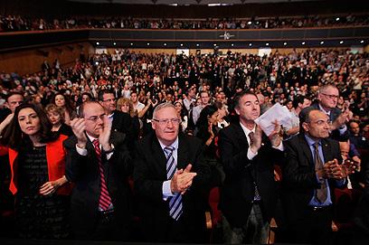 אנשי אקדמיה ופוליטיקאים מוחאים כפיים לאובמה (צילום: רויטרס) (צילום: רויטרס)