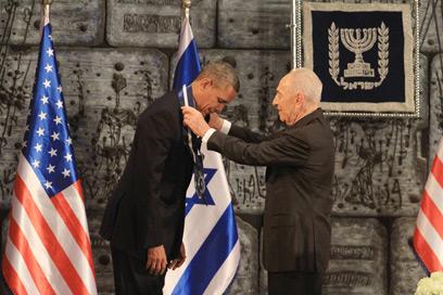 """הנשיא פרס מעניק לאובמה את """"עיטור הנשיא"""" (צילום: גיל יוחנן) (צילום: גיל יוחנן)"""