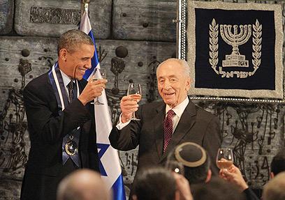 """""""עד 120"""" בעברית. אובמה ופרס מרימים כוס (צילום: גיל יוחנן) (צילום: גיל יוחנן)"""