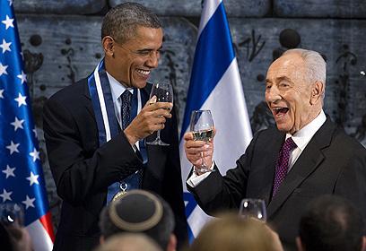 פרס ואובמה שותים לחיים בטקס (צילום: AFP) (צילום: AFP)