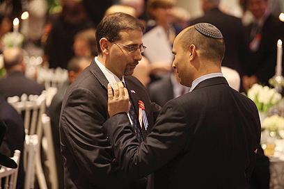 """השר נפתלי בנט עם שגריר ארה""""ב בישראל דן שפירו (צילום: גיל יוחנן) (צילום: גיל יוחנן)"""