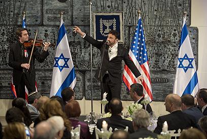 דוד דאור שר את Amazing Grace בבית הנשיא (צילום: AFP) (צילום: AFP)
