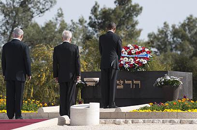 אובמה, פרס ונתניהו בקבר הרצל (צילום: AFP) (צילום: AFP)