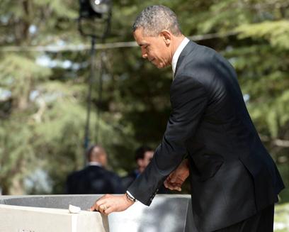"""אובמה מניח אבן מהאנדרטה לזכר מרטין לותר קינג על קברו של יצחק רבין (צילום: מארק ניימן, לע""""מ) (צילום: מארק ניימן, לע"""