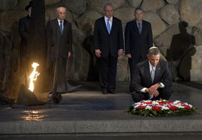 מהר הרצל עבר אובמה למוזיאון יד ושם, שם הניח זר ליד אש התמיד (צילום: AFP) (צילום: AFP)