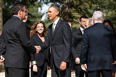 אובמה נפגש עם בני משפחת רבין בקבר וסיפר להם כי יצחק שימש השראה לנאומו בירושלים (צילום: רויטרס) (צילום: רויטרס)