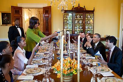 """חברי הצוות שרו ברוח החג 'לשנה הבאה בבית הלבן' - ואובמה אמר: 'נעשה את זה"""" (צילום: הבית הלבן / Pete Souza) (צילום: הבית הלבן / Pete Souza)"""
