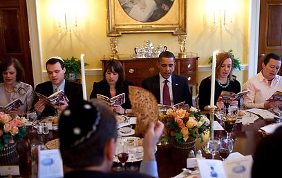 """""""עשיתי זאת משום שרציתי שבנותיי ישמעו גם הן על ההגדה, ועל הסיפור שסביבו נסוב הפסח"""" (צילום: הבית הלבן / Pete Souza) (צילום: הבית הלבן / Pete Souza)"""