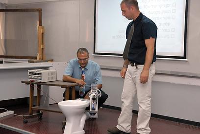 מנקה אסלות. פרוייקט במחלקה למכטרוניקה באוניברסיטת אריאל (צילום: גור דותן) (צילום: גור דותן)