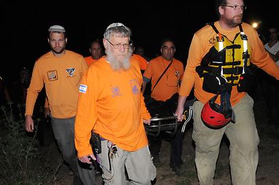 יחידת החילוץ נושאים את גופתו של הטובע (צילום: אביהו שפירא) (צילום: אביהו שפירא)