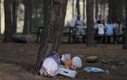 כלים חד-פעמיים עושים הכי הרבה נזק לסביבה. זבל הפסח (צילום: גיל יוחנן) (צילום: גיל יוחנן)
