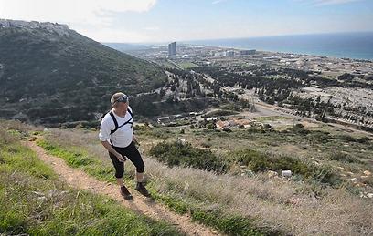 בין השכונות השתמר טבע פראי. מטייל בשביל חיפה (צילום: גיא שחר)