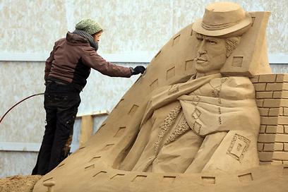 קלינט איסטווד מפוסל בחול (צילום: Gettyimages) (צילום: Gettyimages)