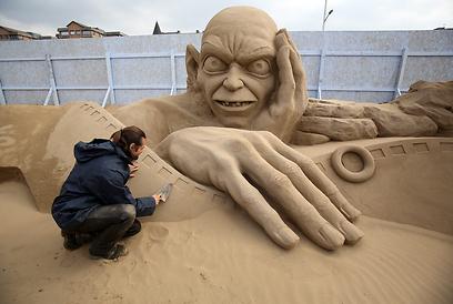 """עבודה על פסל בהשראת """"שר הטבעות"""" (צילום: Gettyimages) (צילום: Gettyimages)"""