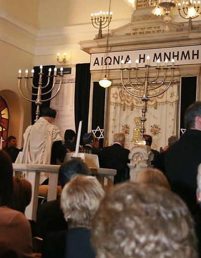 """""""תמיד כשיש בעיות כלכליות הקיצונים מקבלים במה. כך היה אז וכך היום"""". בבית הכנסת של סלוניקי  (צילום: טלי פרקש) (צילום: טלי פרקש)"""