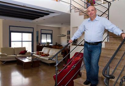 ארז כהן בביתו (צילום: עופר עמרם)