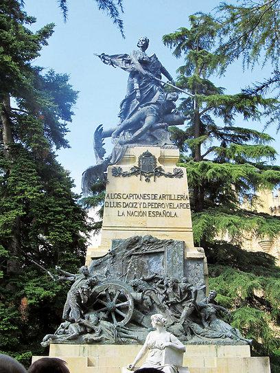 אנדרטה לזכר המתקוממים נגד נפוליאון בכניסה לאלקסר (צילום: שלמה צדקיהו) (צילום: שלמה צדקיהו)