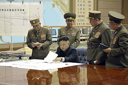 הצבא מפעיל לחץ על השליט הצעיר? (צילום: AFP PHOTO / KCNA via KNS)