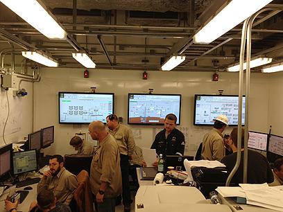צוות נובל אנרג'י בחדר הבקרה של פלטפורמת הפקת הגז ברגעי ההפעלה של המערכת (צילום: נובל אנרג'י) (צילום: נובל אנרג'י)