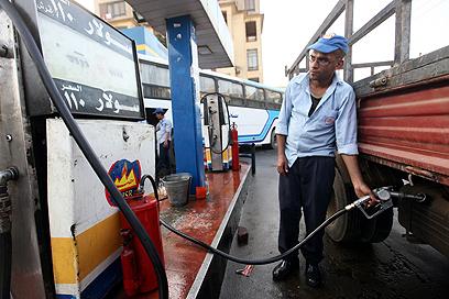 משבר כלכלי, בין תחנות הדלק למאפיות (צילום: EPA) (צילום: EPA)