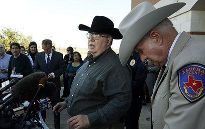 התובע המחוזי מייק מקלילנד (במרכז). נשא נשק לכל מקום (צילום: AP) (צילום: AP)