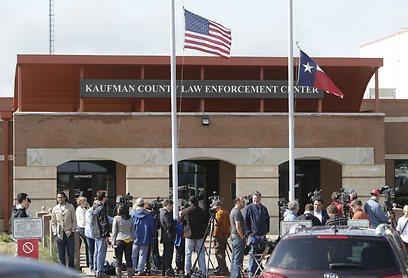 הדגל לפני בית המשפט במחוז קאופמן בחצי התורן (צילום: AP) (צילום: AP)