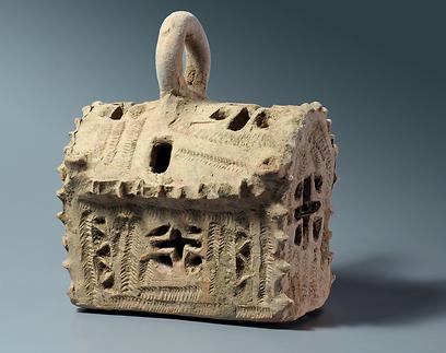 דגם הכנסייה ששימשה כפנס תאורה (צילום: קלרה עמית, באדיבות רשות העתיקות) (צילום: קלרה עמית, באדיבות רשות העתיקות)