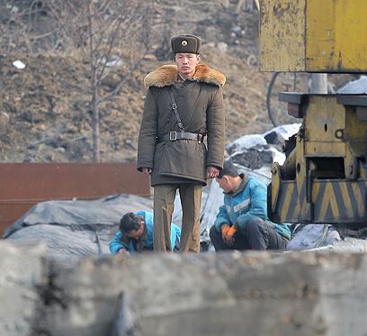 חייל צפון קוריאני מול גבול סין (צילום: AP) (צילום: AP)