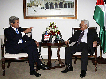 Kerry (L) with PA leader Abbas in Ramallah (Archive photo: AFP)