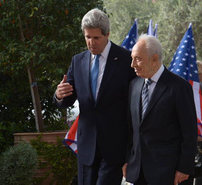 Kerry with Peres in Jerusalem (Photo: Mark Neiman, GPO)