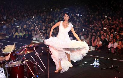 ריטה על הבמה. מותר לשלם על השירים (צילום: מיכאל קרמר) (צילום: מיכאל קרמר)