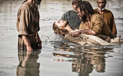 """מתוך """"The Bible"""". נחשים על סט הצילומים (צילום: AP)"""