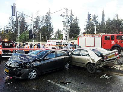 שניים מכלי הרכב שנפגעו בתאונה. המתינו ברמזור (צילום: חגי אהרון) (צילום: חגי אהרון)