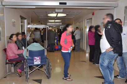 """קרובי הנפגעים ממתינים לבשורות בבית החולים רמב""""ם (צילום: ג'ורג' גינסברג) (צילום: ג'ורג' גינסברג)"""