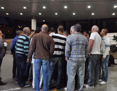 בני המשפחה ממתינים לפינוי הפצועים לבית החולים (צילום: ג'ורג' גינסברג) (צילום: ג'ורג' גינסברג)