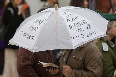 השופטת: הפרובוקציה - מצד אותה אחת שעומדת במפגיע עם גבה אליהן, כשהיא נושאת מטרייה שעל גביה כתובות נאצה כלפי נשות הכותל (צילום: אוהד צויגנברג) (צילום: אוהד צויגנברג)