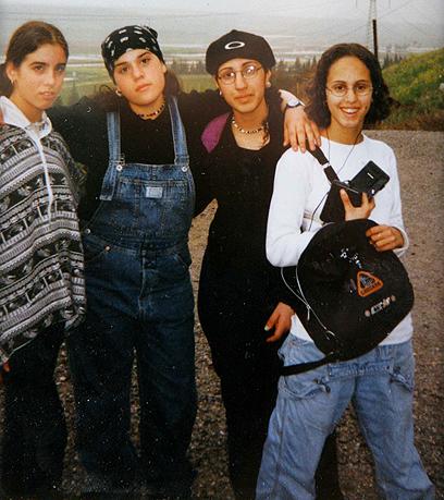 יעלא מאירי (מימין) מצטלמת עם חברות זמן קצר לפני הירי (צילום: אלכס קולומויסקי ) (צילום: אלכס קולומויסקי )