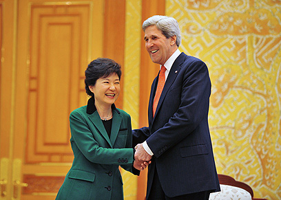 הנשיאה פארק עם מזכיר המדינה האמריקני (צילום: AFP) (צילום: AFP)