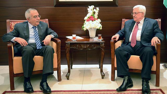 Mahmoud Abbas (R) and Salam Fayyad (Photo: EPA)