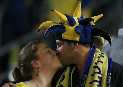 זוג צעיר מנצל את הזמן בבלומפילד לקצת רומנטיקה (צילום: אורן אהרוני) (צילום: אורן אהרוני)
