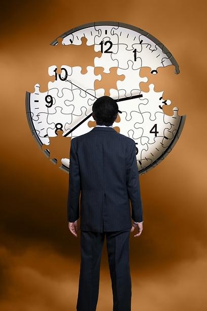 גיבור סופר את הזמן, ונענש על כך ברומן של טושה גפלה  (צילום: shutterstock) (צילום: shutterstock)